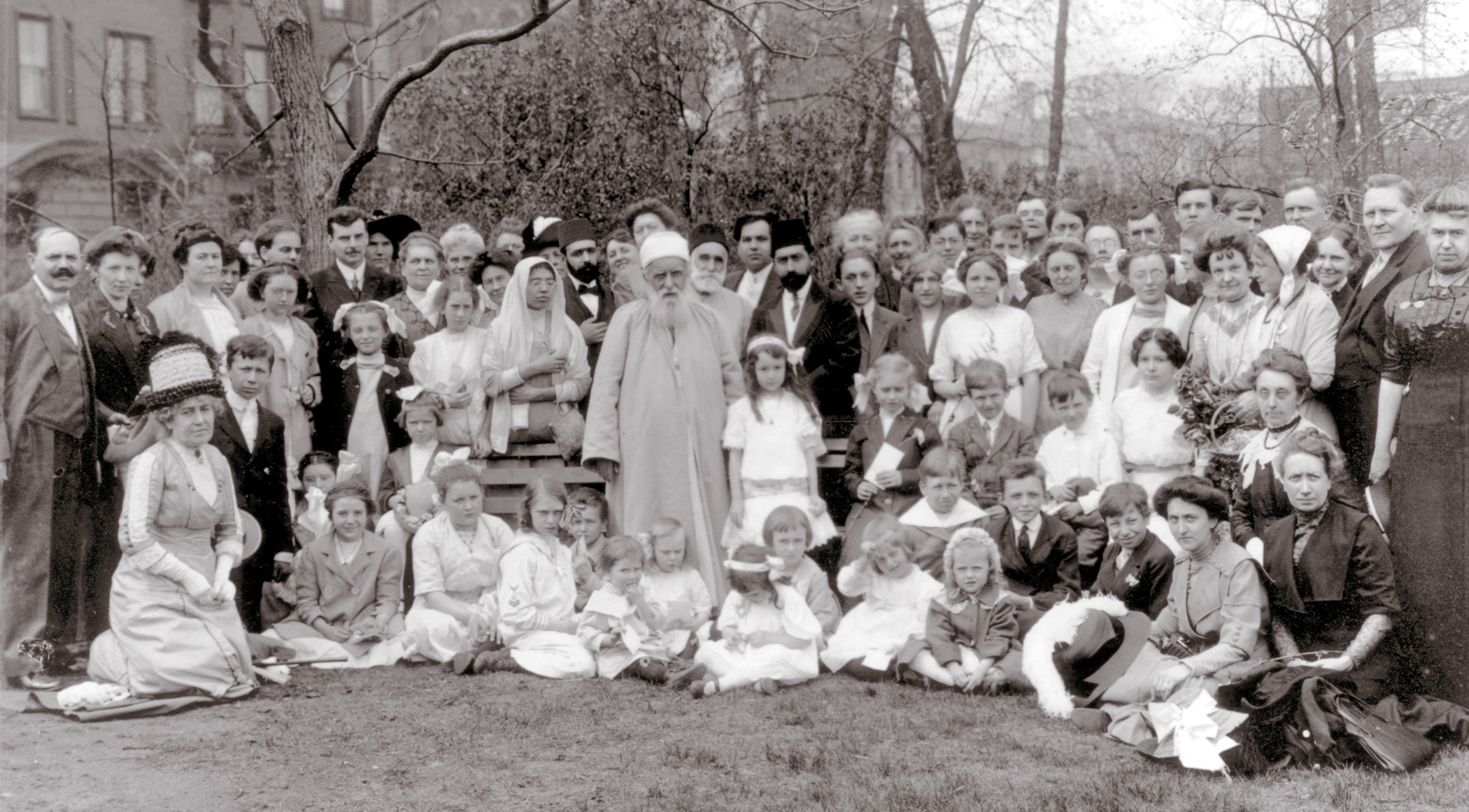 Abdul-Bahá is shown (at center) with Bahaís at Lincoln Park, Chicago, Ill. in 1912.